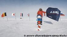 HANDOUT - 10.01.2020, ---, Südpol: Das am 12.01.2020 zur Verfügung gestellte Foto zeigt Anja Blacha, deutsche Extremsportlerin, am Südpol mit einer Fahne mit der Aufschrift «Not bad for a girl» (nicht schlecht für ein Mädchen). Unter diesem Motto war die 29 Jahre alte Bielefelderin auf Skiern und nur mit einem Zugschlitten für ihr Gepäck 1400 Kilometern zum Südpol gewandert. (Bestmögliche Qualität) Foto: Anja Blacha/privat/dpa - ACHTUNG: Nur zur redaktionellen Verwendung im Zusammenhang mit der aktuellen Berichterstattung und nur mit vollständiger Nennung des vorstehenden Credits +++ dpa-Bildfunk +++ |
