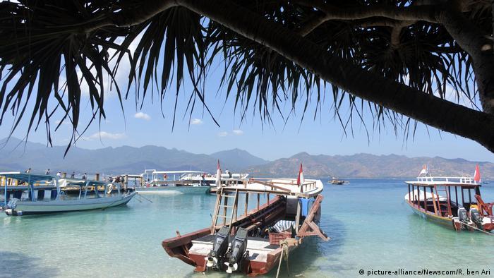 Архипелаг Гили у острова Ломбок в Индонезии. Лодки ждут иностранных любителей дайвинга