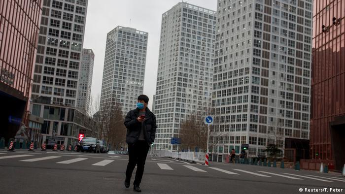 Un hombre con máscara de respiración camina por el centro de Pekín.