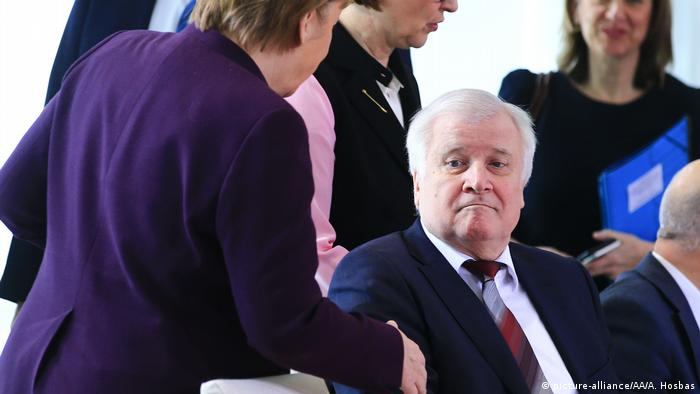 German Interior Minister Horst Seehofer didn't shake hands with the Chancellor Merkel (picture-alliance/AA/A. Hosbas)