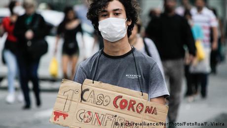 Un joven con una máscara en São Paulo.
