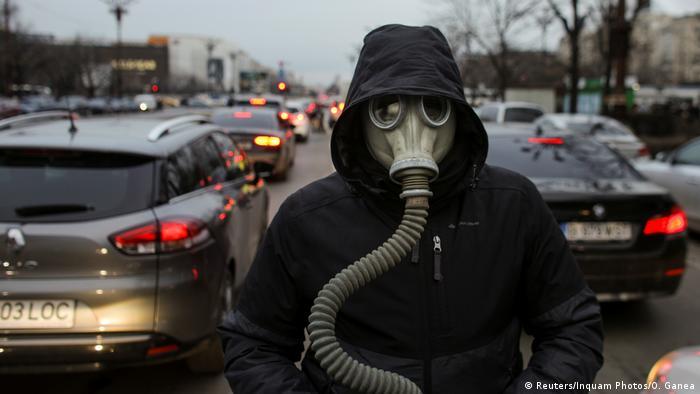 Un activist pentru mediu la o acțiune de protest la București împotriva poluării (14 februarie)