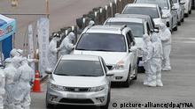 Südkorea Gwangju | Menschen werden in Autos auf Covid-19 getestet