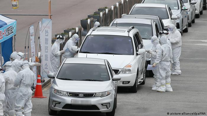 South Korea, Gwangju: People are tested for COVID-19 in cars.