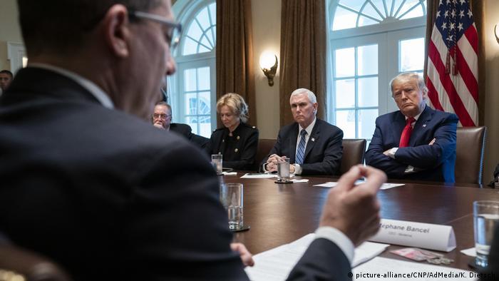 Foto Trump dan anggota pemerintah mendengarkan keterangan direktur Moderna Stephane Bancel