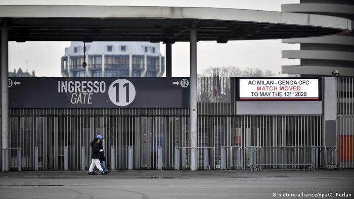 Футболу не буде Масові заходи на півночі Італії здебільшого скасовуються або переносяться на пізніший термін. Зокрема, футбольний матч Мілану і Генуї, як свідчить це фото з оголошенням на міланському стадіоні Сан-Сіро, перенесено на 13 травня.