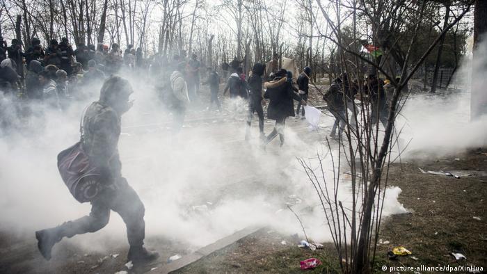 پلیس یونان گاز اشکآور به طرف پناهجویان پرتاب کرد