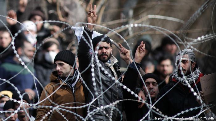 Беженцы и мигранты на границе Турции и Греции, стремящиеся попасть на территорию ЕС