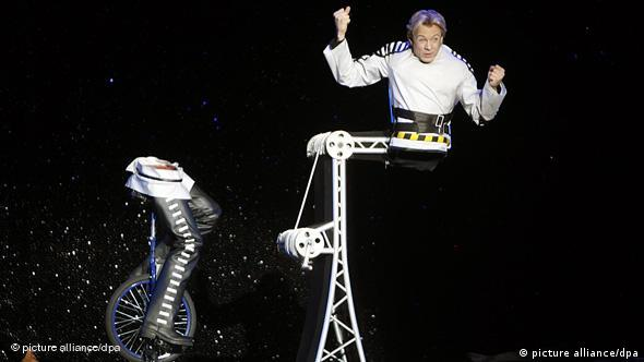 Illusionist bewegt sich scheinbar zweigeteilt auf der Bühne (Foto: picture alliance/dpa)