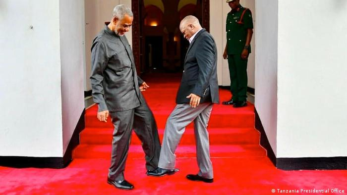 Magufuli on the red carpet with a guest (Tanzania Presidential Office)