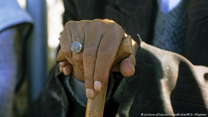 Siegelring an der Hand eines alten Iraners, Iran