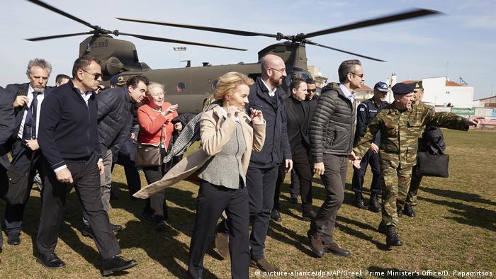 Türkisch-griechische Grenze - Ursula Von der Leyen (picture-aliance/dpa/AP/Greek Prime Minister's Office/D. Papamitsos)