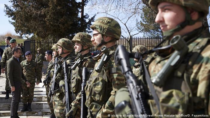 جنود يونانيون على الحدود مع تركيا