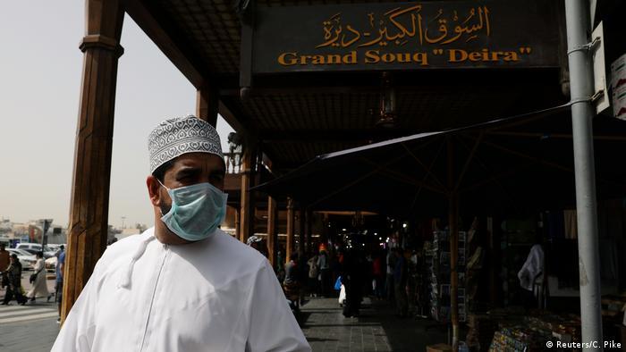 صورة من الأرشيف لرجل في دبي يرتدي الكمامة في بداية جائحة كورونا