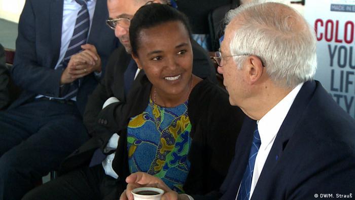 Äthiopien Addis Abeba   Tigist Adane und Josep Borrell während Besuch der ELICO-Lederschuhfabrik (DW/M. Strauß)