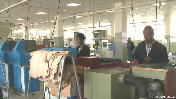 Äthiopien Addis Abeba   ELICO-Lederschuhfabrik: Angestellte (DW/M. Strauß)