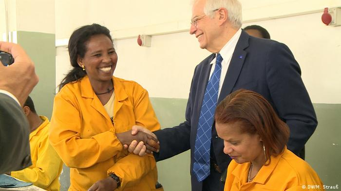 Äthiopien Addis Abeba   EU-Außenbeauftragter Josep Borrell beim Besuch der ELICO-Lederschuhfabrik (DW/M. Strauß)