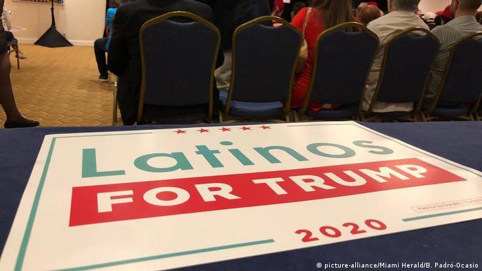 Pancarta de Latinos for Trump.