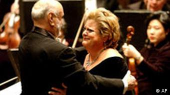 Kurt Masur, left, conductor of the New York Philharmonic, hugs soprano Deborah Voight after completing a performance of Wagner's Tristan and Isolde at New York's Avery Fisher Hall, Thursday, Feb. 7, 2002. The New York Philharmonic billed this season as Thank you, Kurt Masur. It was a chance to say farewell to the towering maestro who took over as music director on Sept. 11, 1991, tamed an ensemble of egos and held the post longer than anyone except Zubin Mehta. Then came Sept. 11, 2001. Next came a failing kidney. (AP Photo/Stephen Chernin) (Photo für Kalenderblatt)