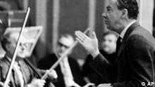 Der Komponist Benjamin Brittens waehrend einer Probe 'War Requiem' am 5.1.68 mit dem Kammerorchester der Deutschen Staasoper in Berlin.(Photo für Kalenderblatt)