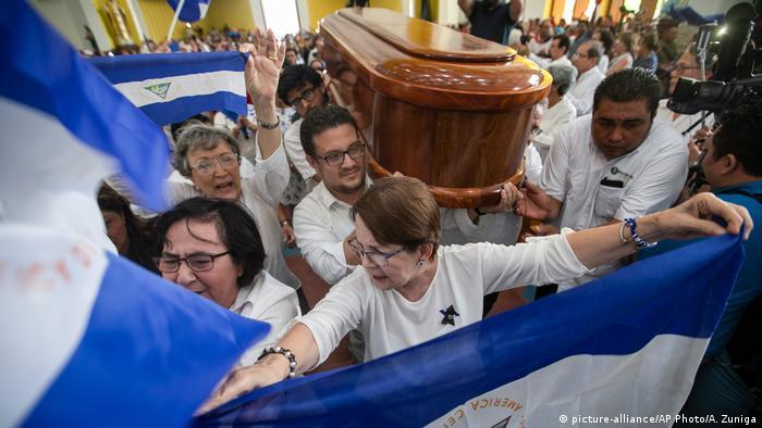 Freunde und Familienangehörige des nicaraguanischen Dichters und Befreiungstheologen tragen den Sarg (Foto: picture-alliance/AP Photo/A. Zuniga)