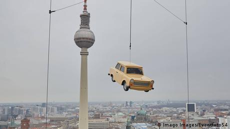 BdTD Deutschland Fliegender Trabi in Berlin (Imago Images/Eventfoto54)