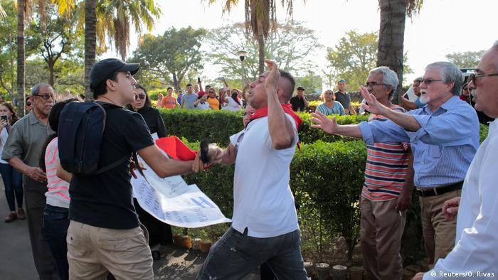 Anhänger und Kritiker Ernesto Cardenals geraten bei dessen Beerdigung in Managua aneinander (Foto: Reuters/O. Rivas)