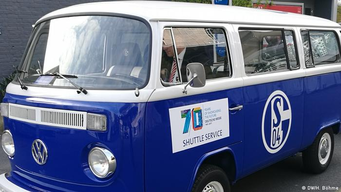 VW Bulli T1 in Schalke 04-Lackierung anläßlich 70 Jahre Hannover Messe (DW/H. Böhme)
