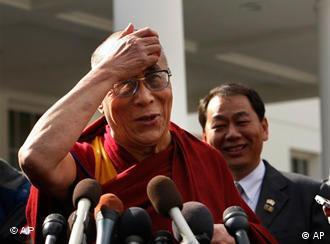 Dalai Lama berbicara kepada wartawan sesaat setelah bertemu Obama
