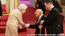 England | Ordensverleihung mit Handschuhen durch die Queen Elizabeth II an Harry Billinge