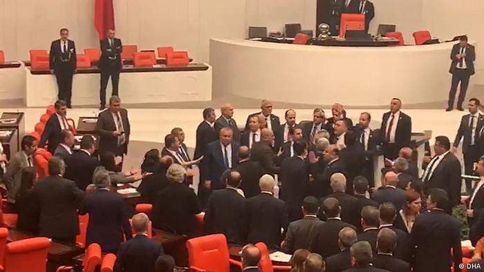 Meclis kıran kırana tartışmalara sahne oldu