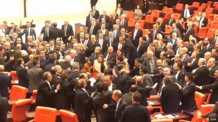 Türkei ankara Parlament Streit Abgeordnete AKP und CHP