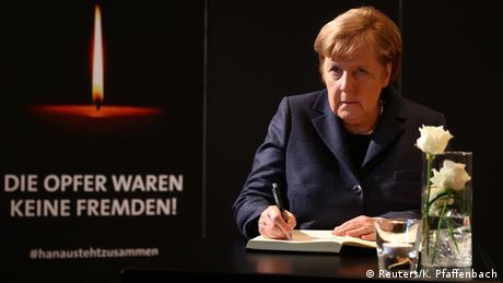 Chanceler Angela Merkel assina livro de condolências em cerimônia para honrar mortos nos atentados de motivação racista. Presidente alemão Frank-Walter Steinmeier pede a defesa da liberdade e da democracia no país.(04/03)