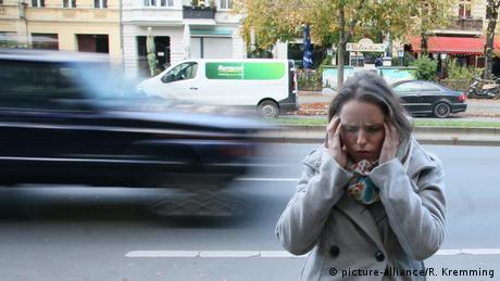 سيدة تعاني من الصداع النفسي، صورة رمزية