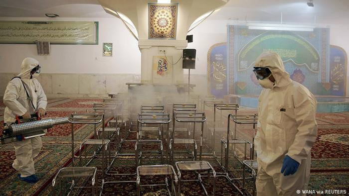 ضدعفونی کردن زیارتگاهی در شهر مشهد پس از شیوع شدید ویروس کرونا در ایران