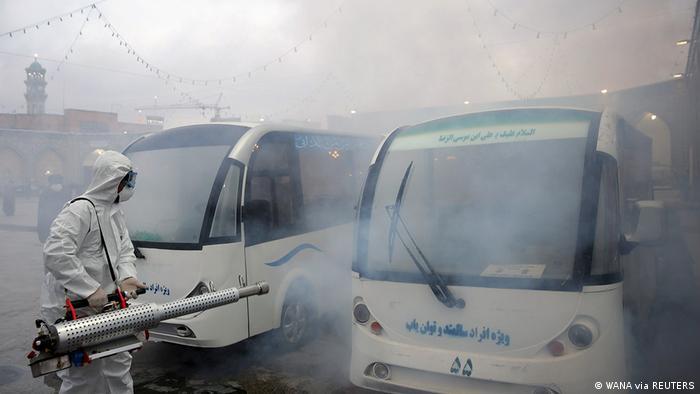 Иранские медики проводят дезинфекцию автобусов в городе Мешхед
