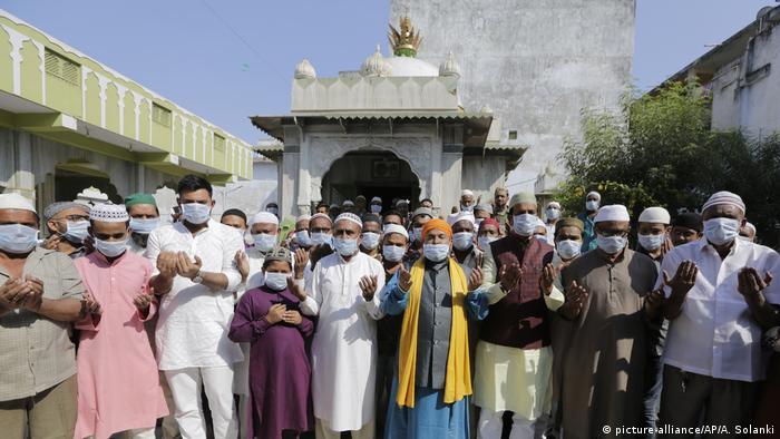 Foto de ciudadanos indios con mascarillas