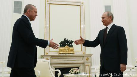 Líderes de Rússia e Turquia chegam a acordo após agravamento do conflito deixar tropas dos dois países próximas a um confronto direto. Crise na província de Idlib levou à fuga de quase um milhão de pessoas.