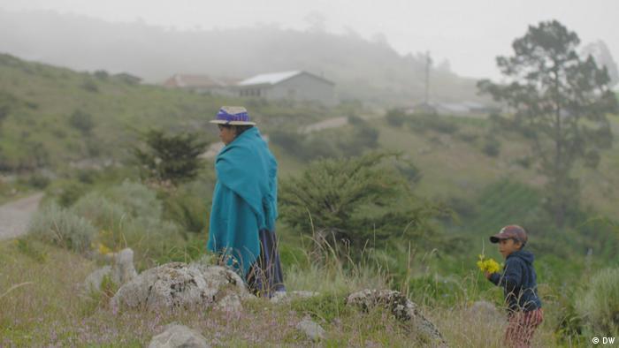 Mujer e infante en región rural de Guatemala