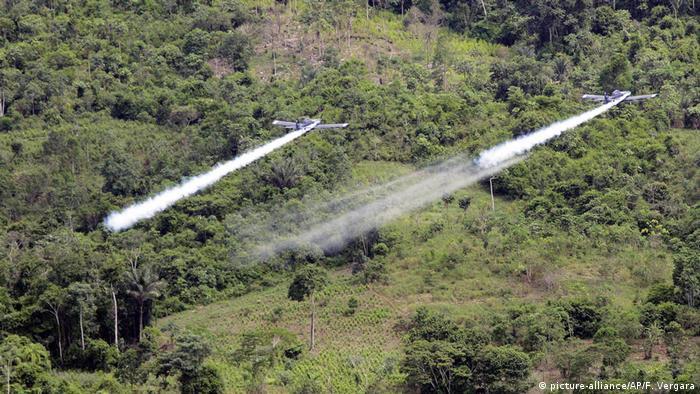 Aviões pulverizadores sobrevoam plantações de cocaína em 2006