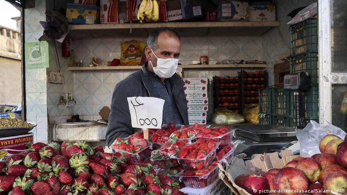 Iran | Corona-virus: Händler mit Gesichtsmaske in Shiraz