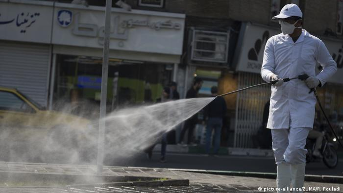 În capitala iraniană Teheran se dezinfectează străzile