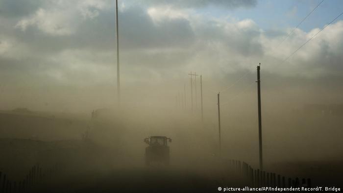 Sand storm (picture-alliance/AP/Independent Record/T. Bridge)