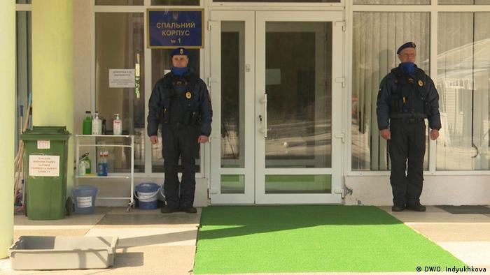 Бойцы, охраняющие территорию санатория, ожидают команды об окончании карантина