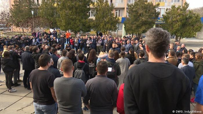 Журналисты и родственники, встречающие эвакуированных из Уханя украинцев после карантина
