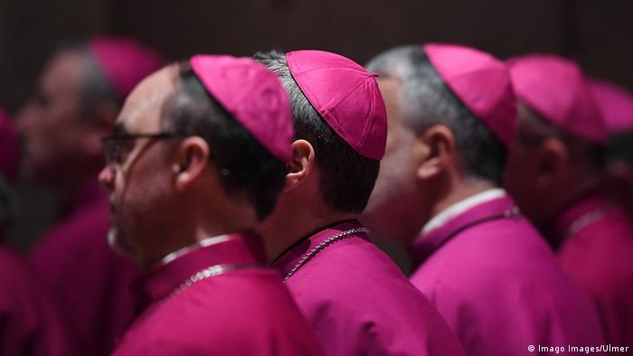 El violeta es el color de los obispos.