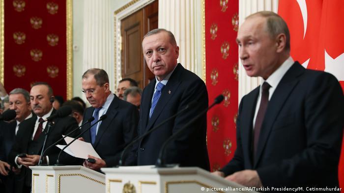Vladimir Putin (dir.) e Recep Tayyip Erdogan (c.) anunciam em Moscou acordo que inclui cessar fogo na Síria
