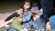 Türkei Flüchtlinge verbringen die Nacht am Feuer am Fluss Tunca in Edirne