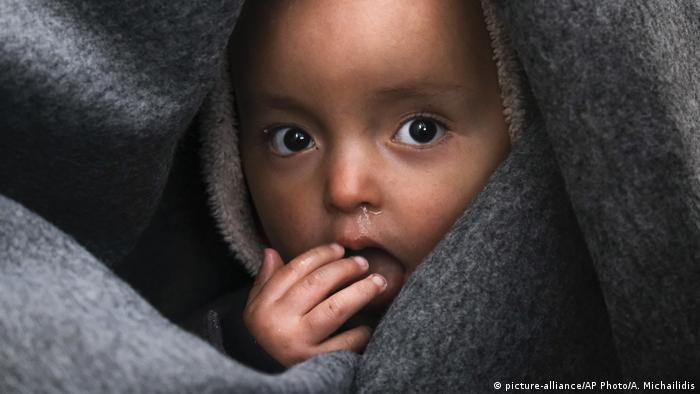 Foto simbólica de un niño envuelto en una cobija