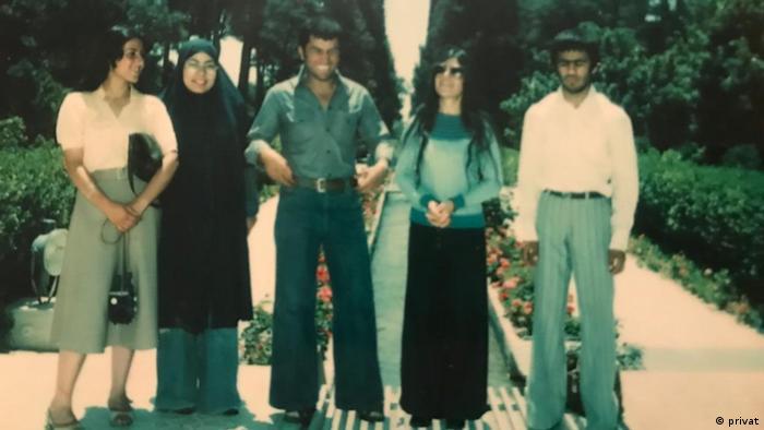 اسکندر آبادی (نفر اول از راست) و عشرت حسینی (نفر اول از چپ)، شیراز، ۱۳۵۶